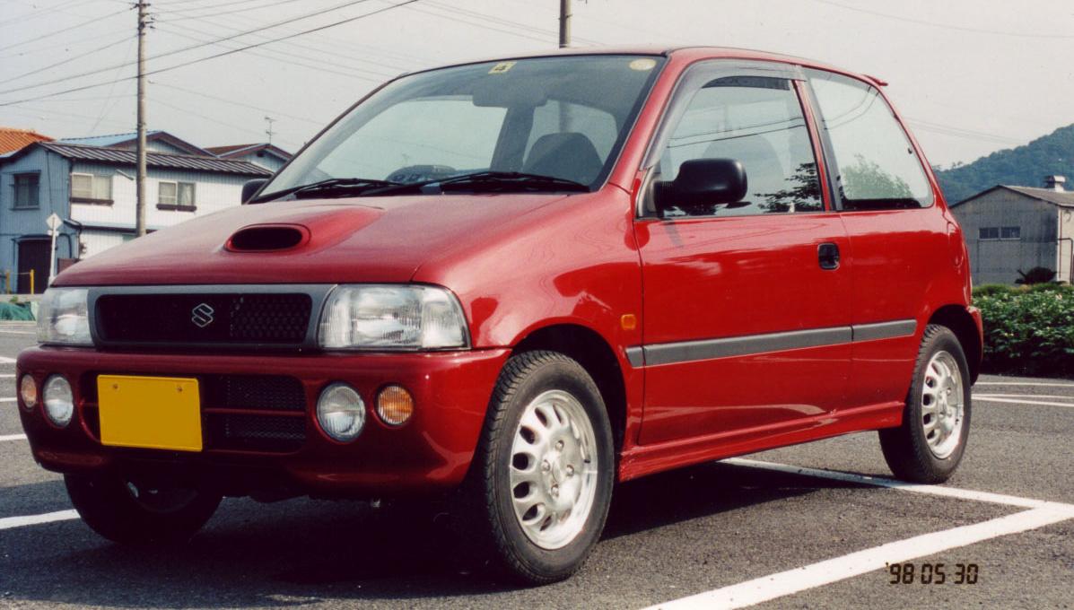 Megint csak egy sportos Alto, azaz egy Cervo, már 1990-ből. Különlegessége, hogy az SR-Four kivitelében négyhengeres, F6B-kódú, 660 köbcentis motort használt a Suzuki. Két vezértengely, tizenhat szelep, turbó, töltőlevegő-hűtő (intercooler a rosszul szocializálódottaknak), 64 lóerő (de csak mert nem lehetett több), felárért blokkolásgátlóval és összkerékhajtással. Ember nem kívánhat többet autótól.