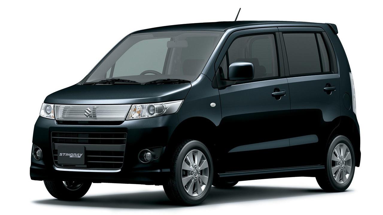"""Hosszú alfejezet a Wagon R-é (ha """"+"""", akkor nem kei-autó, hanem exportváltozat, nagy testtel!). Elég legyen annyi, hogy 1993 óta már a hatodik inkarnációját éli a típus, ez volt az első a """"tall wagon look"""", azaz magas, furgonszerű kinézetű kei-autók sorában, s 2003 óta Japánban a legkelendőbb kei-autó, melyet Mazda AZ Wagon néven is árulnak. A második generációjából lett a mi, esztergomi Wagon R+-unk, a 2003-as, harmadik szériából, és az azt követőekből viszont nem faragtak testes exportkocsit. A képen egy harmadik generációs változat látható, a 2008-as negyedikben már volt összkerékhajtás is, a 2012-es, ötödiknél pedig bemutatkozott a mild-hybrid, azaz enyhe hibrid (amikor csak némi fékezési energiát nyeletünk el egy nagyobbacska fedélzeti akku segítségével) is."""