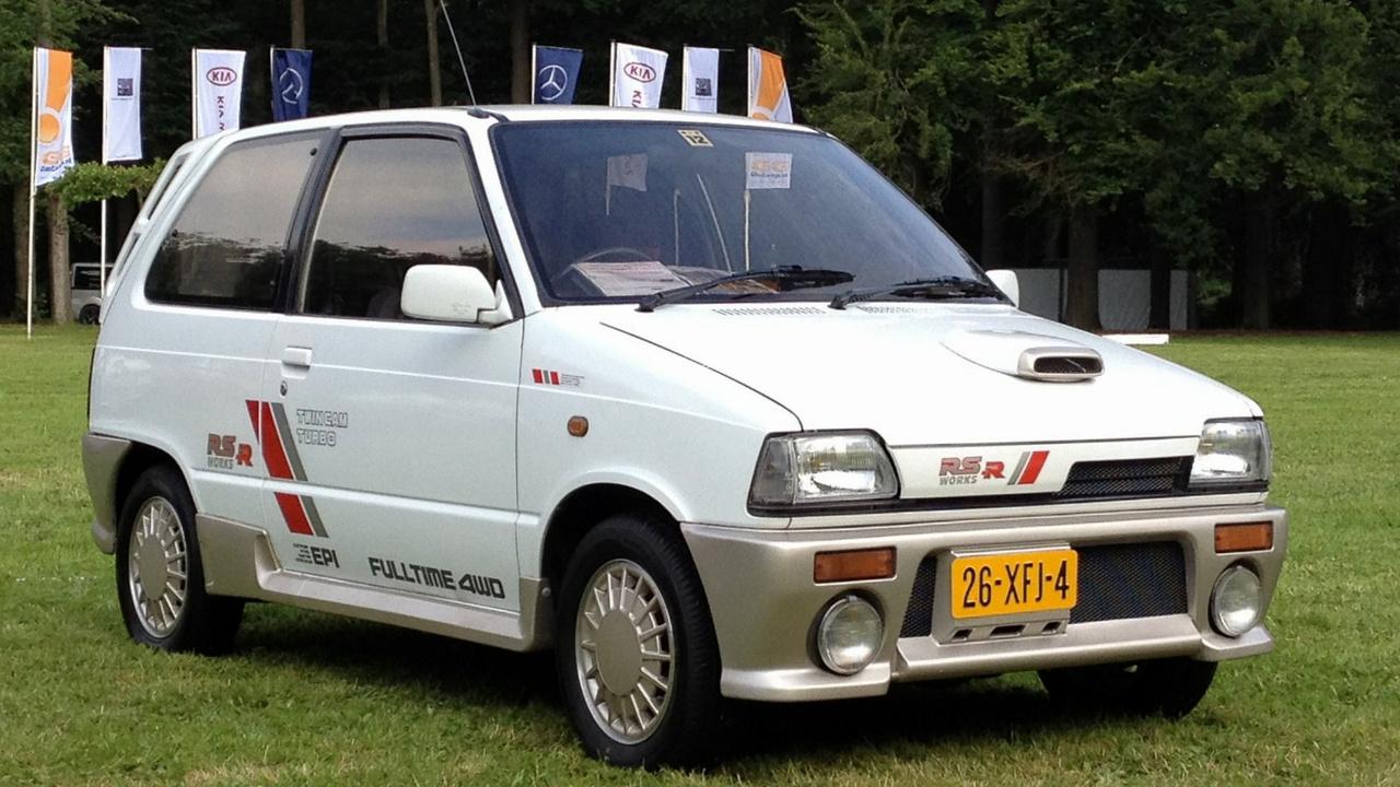 Bár 1985-ben még létezett a sportos kinézetű Cervo, mégis egy bevásárlókocsisabb megjelenésű Alto lett az első Kei-autó, amely megpaskolta a kei-szabvány 64 lóerős plafonját. Az Alto Works RS-R a kétvezértengelyes, turbós, háromhengeres, négyütemű, 660-as motor miatt nemcsak erős volt, de állandó összkerékhajtása révén a talajra is tudta juttatni a borzalmas erőt. Szép belegondolni, hogy hány matricalevonót használhattak el egy ilyen autó befejezéséhez.