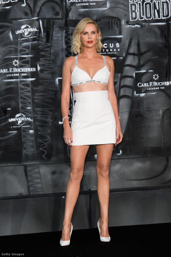 Az persze kevéssé meglepő, hogy Charlize Theron az Atomic Blone berlini premierjére például alaposan ki lett sminkelve,