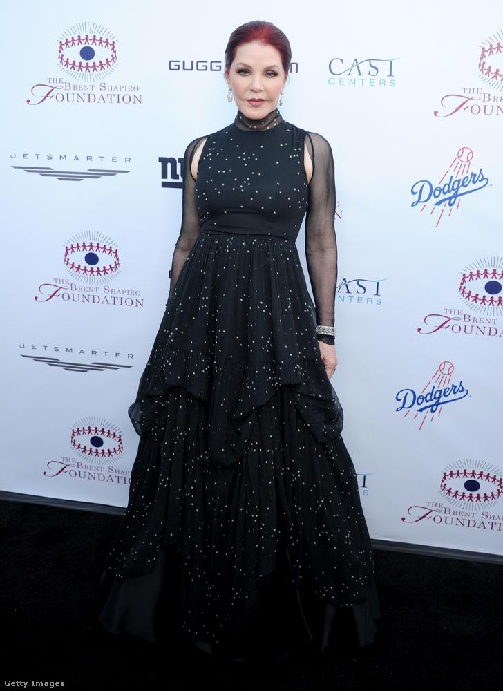 Priscilla Presley színésznő-producerről régóta lehet tudni, hogy a fiatalos külső elérése végett plasztikáztatja az arcát.