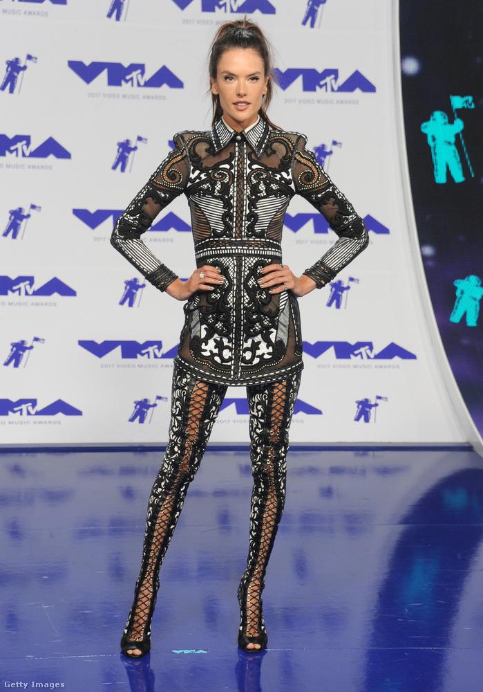 Alessandra Ambrosio modellt távolról nézve azt hihetnénk, az MTV videós díjkiosztójára éppen csak a szempilláját festették ki, meg talán kapott egy kis szemhéjtust.