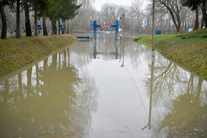 Az áradó Tisza egy tiszadobi pontonhídnál 2017. december 18-án.