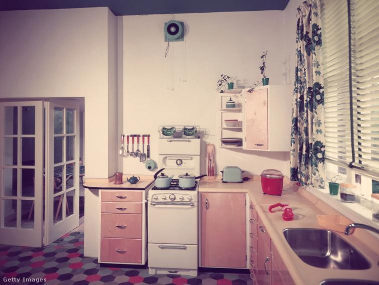 Ez pedig egy ötvenes évekbeli konyhát mutat meg, linóleumpadlóval és csinos használati tárgyakkal
