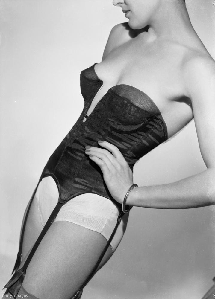 1949-ben már kevésbé az összenyomáson volt a hangsúly, és szebbek lettek a fehérneműk.