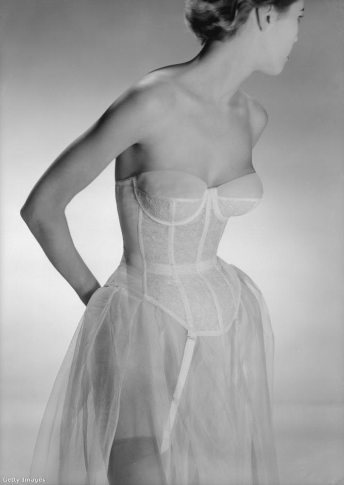 Ugyanabban az évben így festett egy nő, ha levette az alkalmi ruháját.