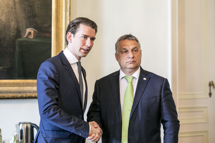 Orbán Viktor miniszterelnök (j) és Sebastian Kurz az Osztrák Néppárt az ÖVP elnöke külügyminiszter kezet fog találkozójukon az Európai Unió állam- és kormányfőinek kétnapos csúcstalálkozója második napján Brüsszelben 2017. június 23-án.