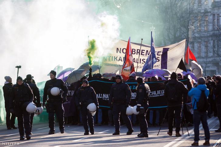 Rendőrök biztosítják a helyszínt az új koalíciós kormány ellen tartott tüntetésen Bécsben 2017. december 18-án a kabinet beiktatása után.