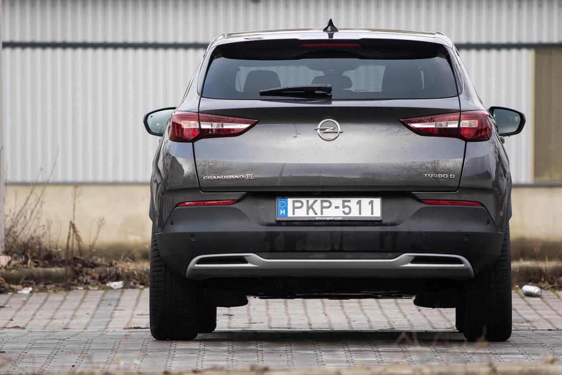 Az Opel-logó fölötti él jól ki lett találva