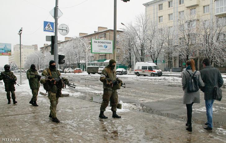 Oroszbarát szakadár fegyveresek az ellenõrzésük alatt lévõ kelet-ukrajnai Luhanszkban 2017. november 22-én.