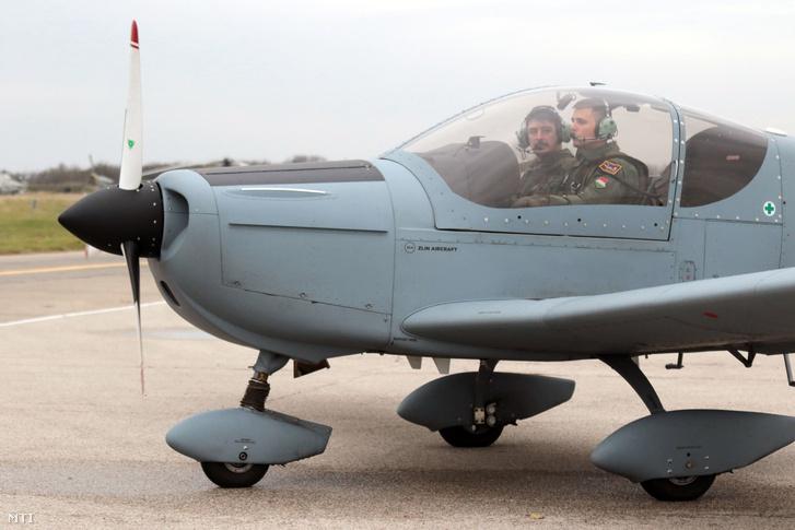 Török Péter kiképzõ (b) és Radnai Ádám pilótajelölt egy Zlin Z-242L gyakorló repülõgép fedélzetén a szolnoki helikopterbázison 2017. november 14-én. Két évtized után újraindul a hazai felsőfokú pilótaképzés a 2018/2019-es tanévtől a Nemzeti Közszolgálati Egyetem (NKE) Hadtudományi és Honvédtisztképző Karán.