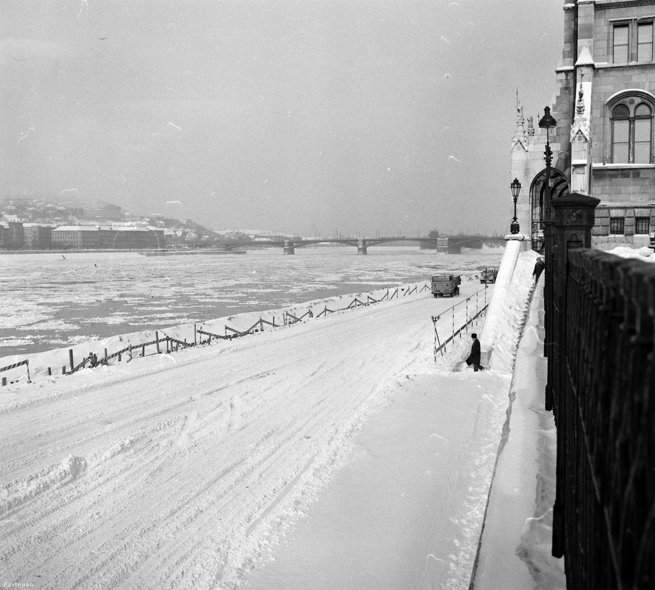 Viszonylag enyhe február után viharral, hóval érkezett 1971-ben a március. A pesti alsó rakpart a Parlament előtt járművekkel járhatatlanná vált.