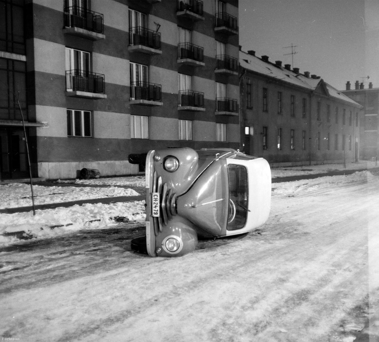 A világ első téli gumiját 1934-ben gyártották (a finn Nokian téli gumija a Kelirengas névre hallgatott), és kezdetekben főleg teherautóknak szánták a csúszós utakra, írja a Wikipedia. Úgy tűnik, a téli gumi létezéséről az 1964-ben a Perényi Zsigmond utca az 50. előtt felborult autó tulajdonosának egyáltalán nem volt tudomása.