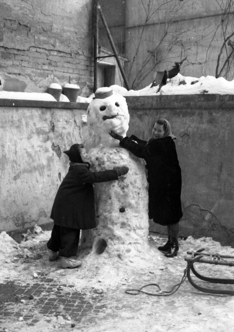 Óriási hóembert építettek a Retek utca 29-31.-es számú ház udvarán 1946-ban.