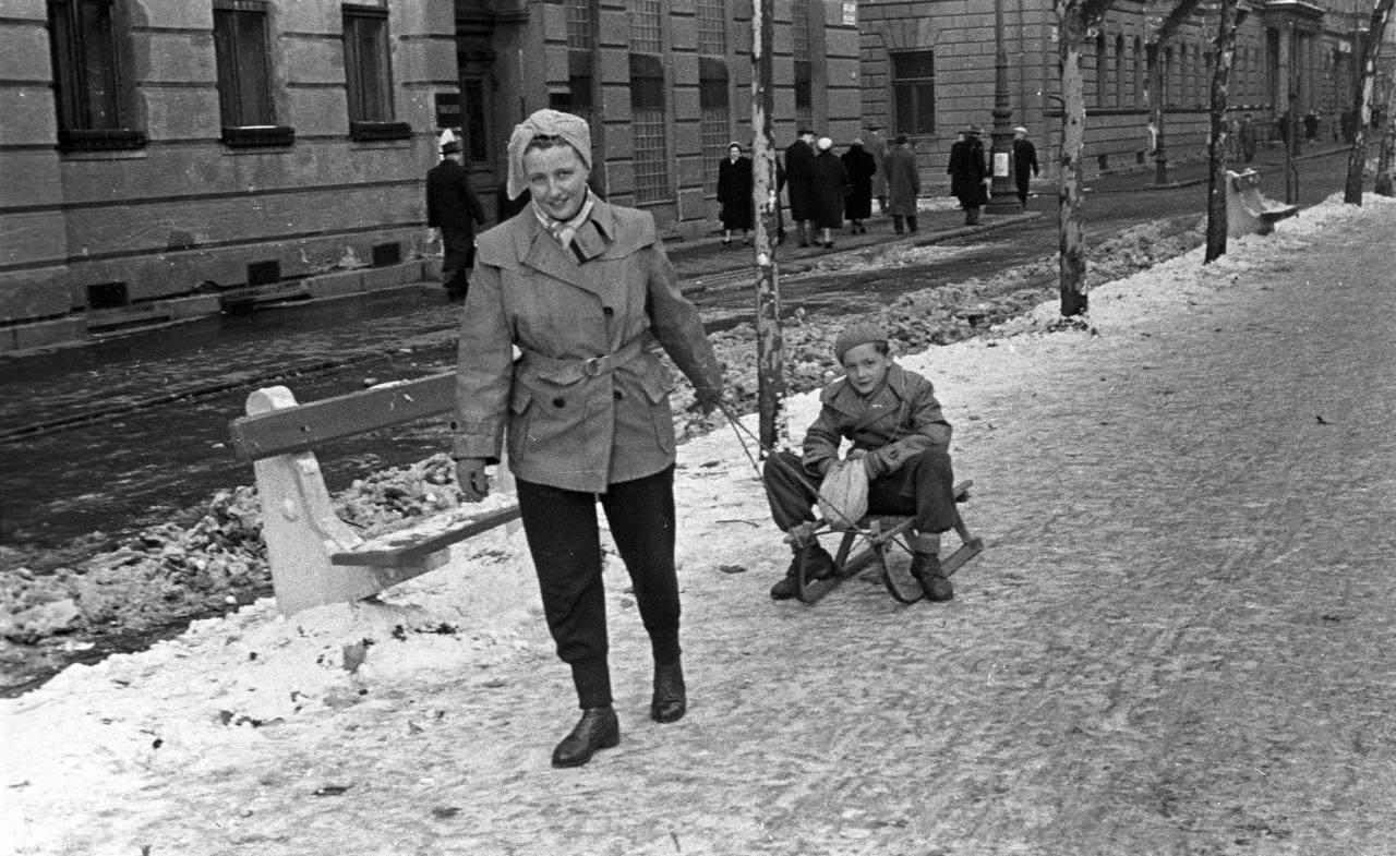 """1958-ban a Ludas Matyiban jelent meg a Szánkó című glossza: """"A kis Pistike felszállt a Hűvösvölgy felé tartó villamosra. Kezében szánkó volt, amelyet a villamos pótkocsijának peronján helyezett el. Abban reménykedett, hogy azon a tájon még van hó, szánkázhat.                          - Kérek egy gyerekjegyet - nyújtotta át a 35 fillért a kalauznak.                          - A szánkóért is fizetni kell, - így a kalauz.                          - Jaj, nem hiszem, hogy van annyi pénz nálam. Egy húsz- filléresem biztosan van. Tessék egy picit várni, - sápadt el a gyerek.                          Kotorászni kezdett a zsebében és végre előhalászott egy 20 és egy tíz fillérest.»                          A kalauz zordonan várt. És a gyerek tovább keresgélt zsebeiben. Végre felderült az arca: megtalálta a hiányzó ötfillérest.                          Diadalmasan nyújtotta 'a pénzt:                          - Tessék, itt a 35 fillér a szánkóért...                          A kalauz ridegen válaszolta:                          - A szánkóért teljes jegyet kell fizetni, hetven fillért!                          A gyerek kicsit sírós hangon, de azért elég határozottan kiáltott fel:                          -- De hiszen én a szánkót tavaly kaptam! Az még nincs tíz éves!                          Az utasok persze kifizették a kilenc éves gyerek egyéves szánkójának vitcldíját és Pistike negyedóra múlva már vígan ródlizott a hűvösvölgyi porhóban"""". A fotón 1958-ban az Andrássy út (Népköztársaság útja) látható a Kodály körönd felé nézve, balra a Vörösmarty utca."""