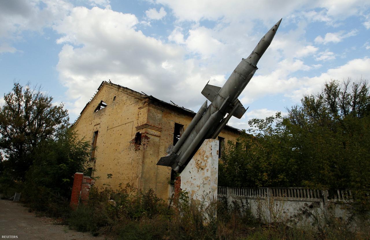 Egykori katonai épület Donyeckben. A várost az ukrán erők hamar elhagyták, a szakadárok szerint a legtöbb fegyvert onnan és a rendőrőrsökről szerezték. A gyanú szerint viszont Moszkva komoly arzenálhoz juttatta a szeparatistákat, bár ezt a Kreml tagadja. A gyanút erősítette a maláj gép lelövése is, Moszkva szerint viszont a 10 ezer méteren lelőtt gépet megsemmisító Buk-rakétarendszer nem tőlük származott. A Kreml szerint ukrán oldalról indult a rakéta, bár ennek több felvétel ellentmond.