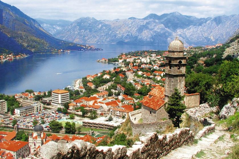 A védfalat még az illírek kezdték építeni az 5. században, de az erőddel kombinált fal a velenceiek által lett befejezve a 15. században.