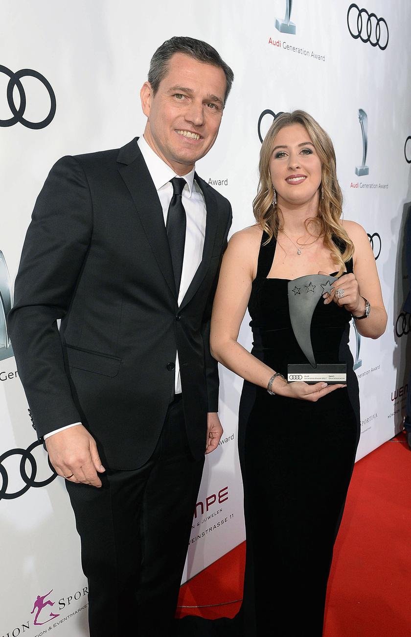 Gina boldogan pózolt a díjával Michael Mronz sportmenedzser mellett. Látszik, hogy nem az apja az egyetlen tehetség a családban.