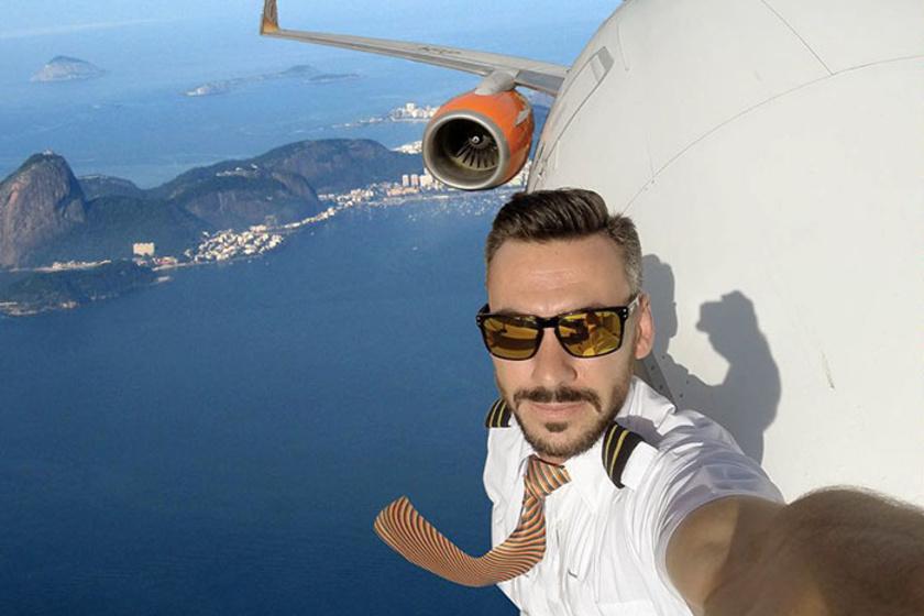 Ha Daniel valóban a repülőgép oldalán állna, a frizurája minden bizonnyal nem olyan lenne, mint aki most lépett ki a fodrászszalonból. Ja, és a szemüvegében sem a repülőtér tükröződne vissza.
