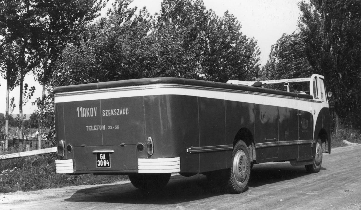 A szekszárdi 11. számú Autóközlekedési Vállalat dolgozói az 1960-as évek közepén készítette ezt a városnéző Ikarus 30 autóbuszt. Azonban, mint azt egy visszaemlékezésben leírták, nem volt elég látnivaló a környéken, ráadásul megrendelő se akadt a buszra. Ezért nyaranta ez a jármű átgurult Pécsre, és ott a Mecsek Tourist szolgálatában állott.