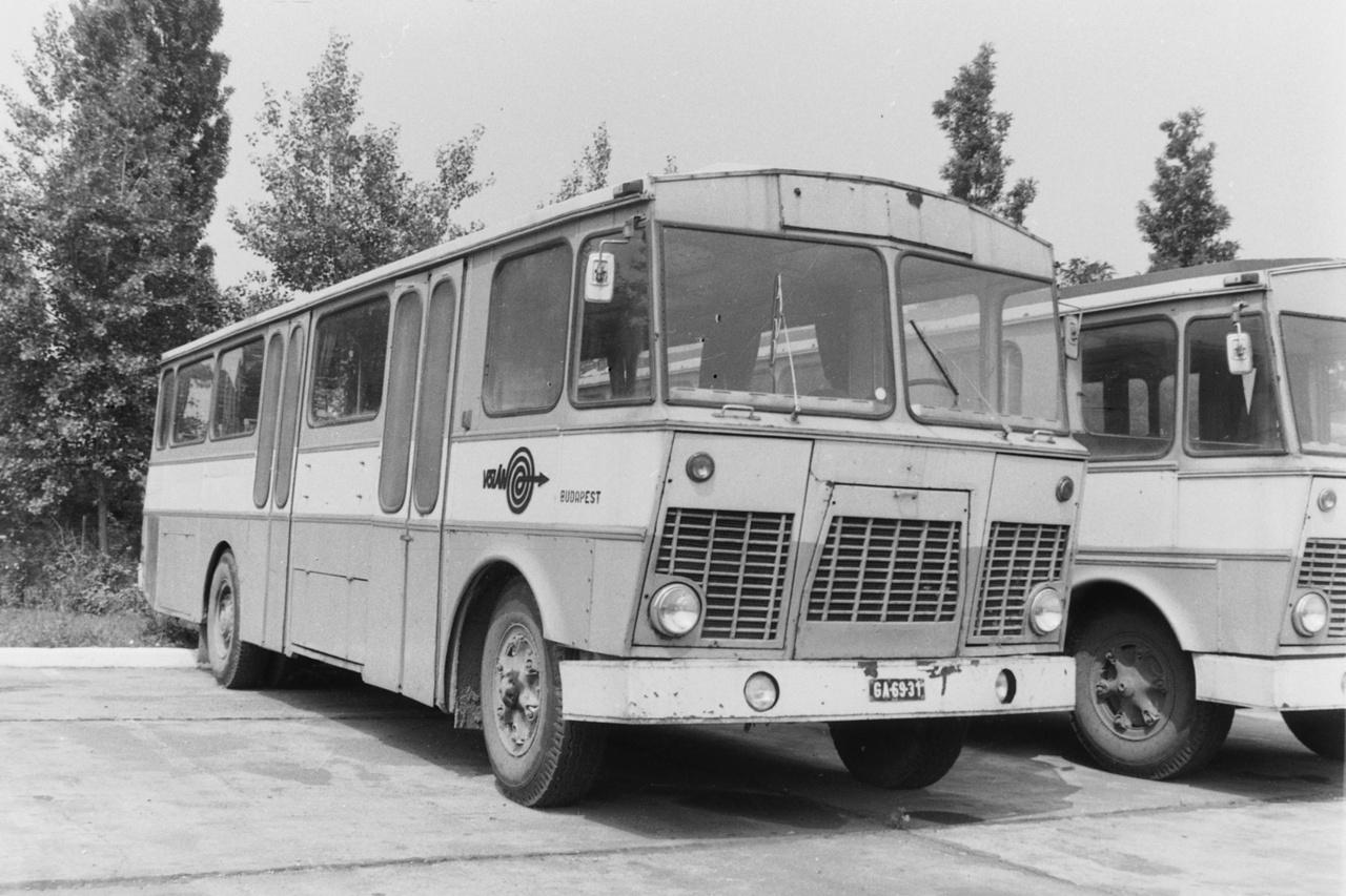 """Amivel csak nyert mindenki: a letenyei Kossuth Mezőgazdasági Termelő-szövetkezet kollektívája két Ikarus 630-t """"öltöztetett át"""". Az átalakítás nem lett valami szerencsés, így később visszaépítették a járműveket eredeti formájukra."""