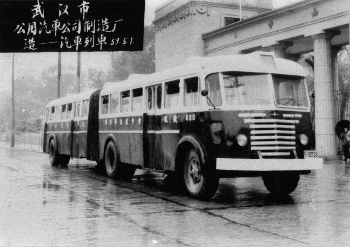 """1952-1955. között az Ikarus több, mint 300 Ikarus 60-as buszt exportált Kínába. Ahogyan Magyarországon, úgy Kínában is megoldották a csuklósítást """"okosba"""": az első tengely mögött vágták le egy másik Ikarus 60-as orrát, ezt illesztették a második tengely mögött megvágott vontatójárműhöz. Érdekesség, hogy a kínaiak a pótkocsinál meghagyták a dupla kerekes C tengelyt."""