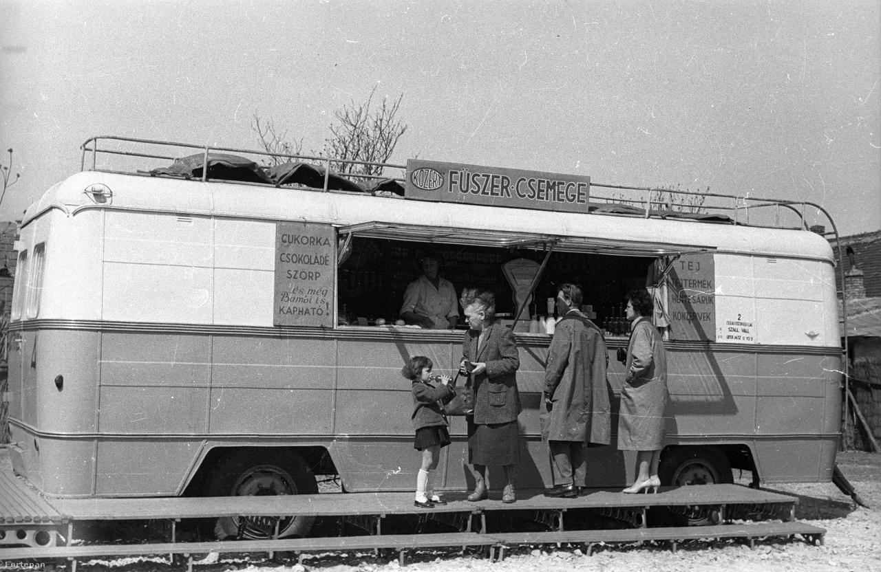 1959: mozgó fűszer-csemege bolttá alakított MÁVAUT buszvontatmány, még a csuklós buszok előtti időből.