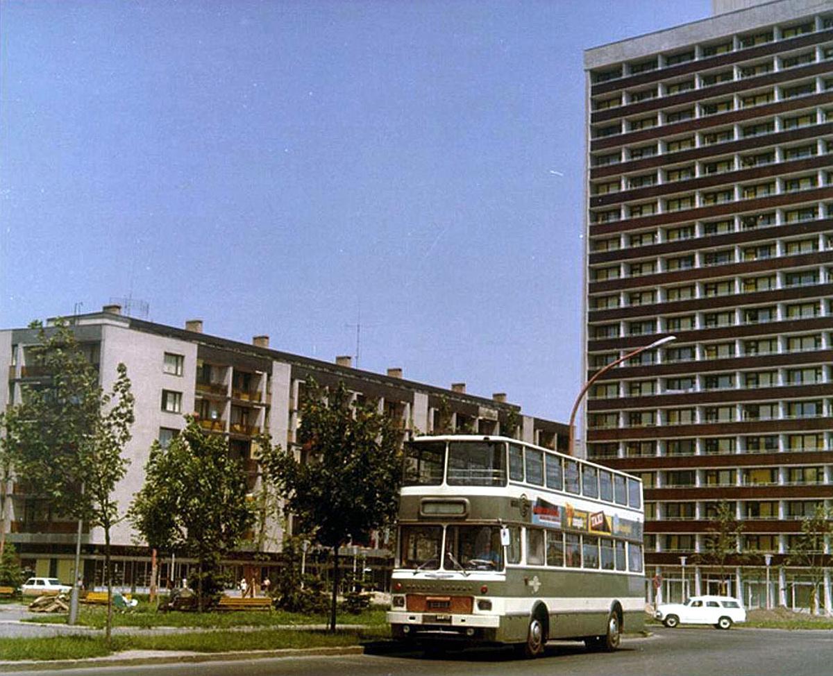 A hatvanas évek elején hatalmas vita zajlott Magyarországon arról, hogy horizontálisan vagy vertikálisan növeljék-e a buszokban a férőhelyet, egyszerűbben: csuklós vagy emeletes buszokat gyártsanak? A végeredményt ismerjük, de azért van kakukktojás. A MÁVAUT 1968-ban két Ikarus 556 egymásra helyezésével alakította azt az egyedi emeletes buszt, ami 1976-ig Pécsen közlekedett, mi több, városképi jelentőséggel bírt.