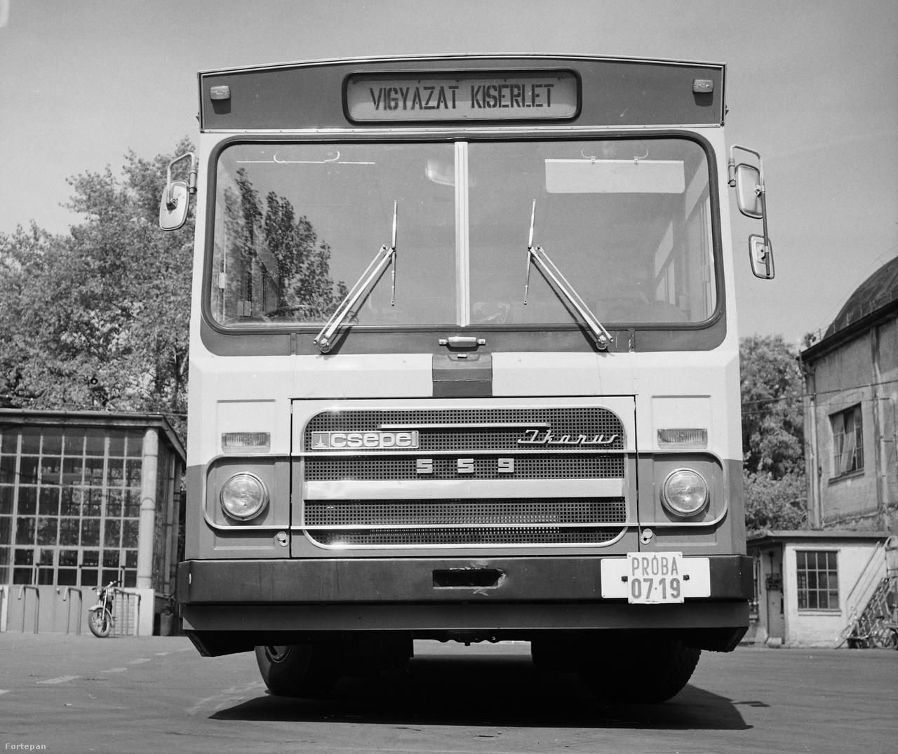 Jobbkormányos, kísérleti Csepel-Ikarus 559 típusú autóbusz a szigetszentmiklósi Csepel Autógyár udvarán, 1977-ben.