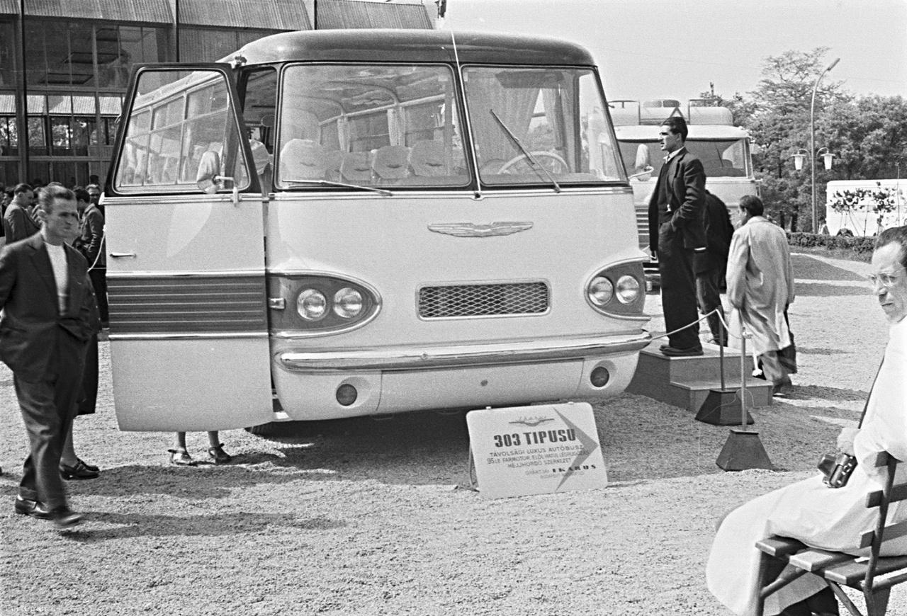 Ikarus 303 típusú autóbusz az 1959-es Budapesti Ipari Vásáron. A 303-as volt az ötvenes évek végén a luxusbusz, a prototípus egyik példánya bemutatkozott az 1960-as lipcsei vásáron is, ekkor kezdtek felfigyelni külföldön az Ikarus névre. Hiába volt sok tekintetben előremutató típus, mindössze kilenc példány készült belőle.