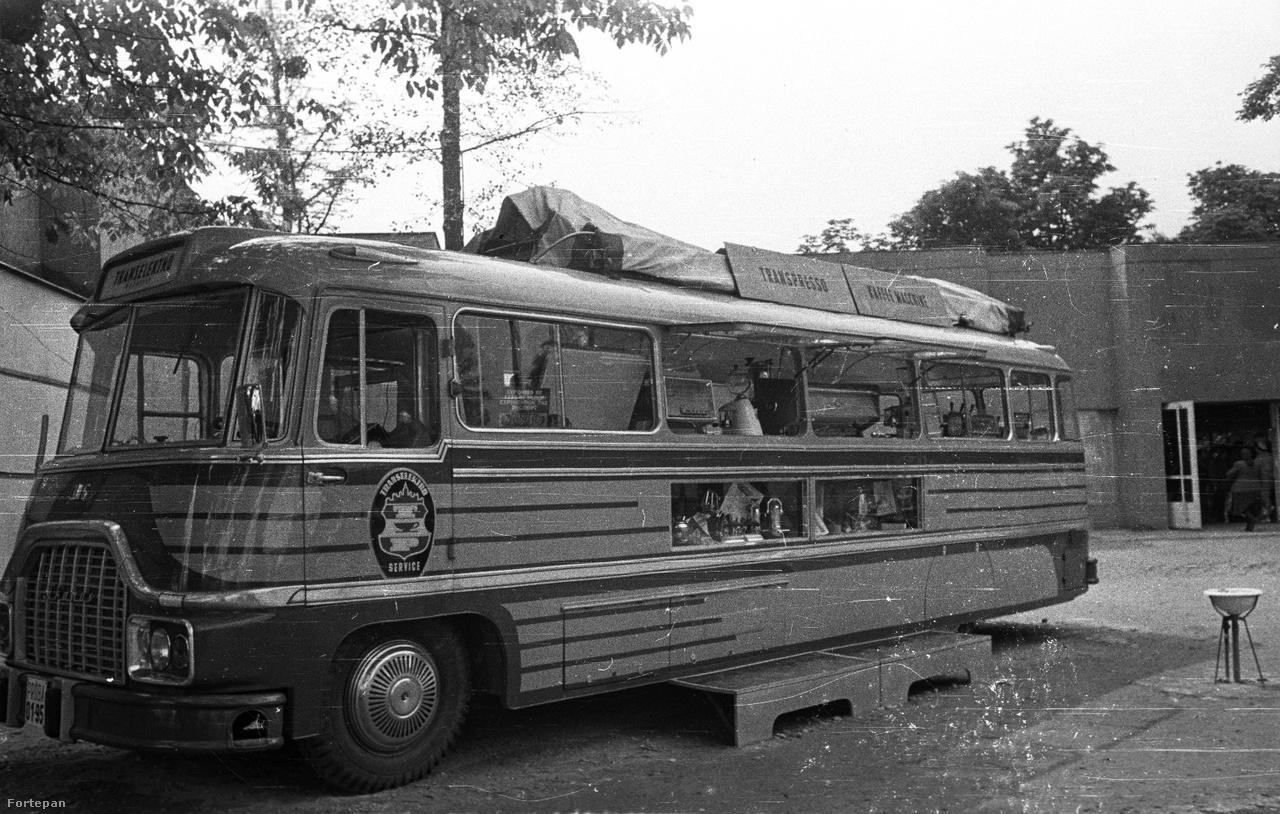 """A jellegzetesen markáns megjelenésű Ikarus 306 típusból, amelyet Ikarus 31 """"L"""" néven is szokás emlegetni 1958-ban 37 darabot, 1959-ben 9 darabot szállított az Ikarus az Egyiptomi Arab Köztársaság részére, az egyetlen Ikarus 305-ös autóbusz pedig itthon maradt. Bauer Sándor fényképe feltehetően ez utóbbi buszt örökítette meg, amellyel éppen büfé eszközöket, kávégépeket reklámoztak. Később normál busszá alakították át."""