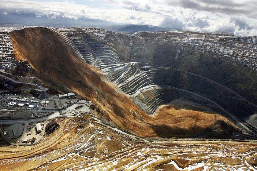 A Bingham Canyon óriási rézbányája az Egyesült Államokban, Salt Lake City mellett terül el. Ez talán a világ legnagyobb ember alkotta gödre, melyben 2013-ban két földcsuszamlás is történt.