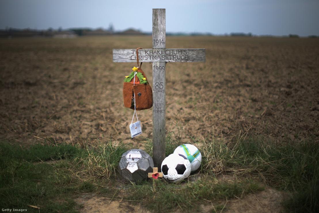 A futballmeccs emlékére a felállított kereszt a helyszínen