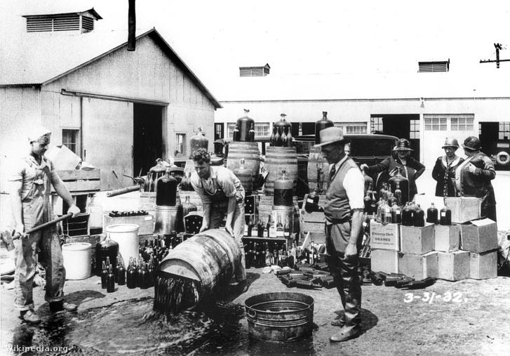 Lefoglalt alkoholt semmisítenek megy az Egyesült Államokban, a szesztilalom idején Orange megyében, Kaliforniában