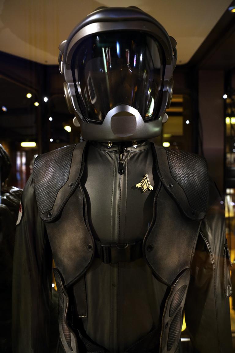 Starbuck (Katee Sackhoff) Vipera pilótaruhája és sisakja a Battlestar Galactica tévésorozatból (2004-2009).