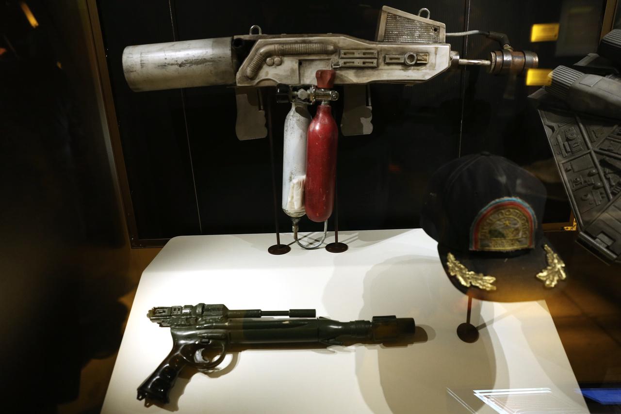 Ellen Ripley hadnagy (Sigourney Weaver) által használt kézifegyverek (lángszóró és szigonypuska) a Nyolcadik utas a halálból (1979), valamint Samuel Bretty (Harry Dean Stanton) által viselt USS Nostromo sapka.