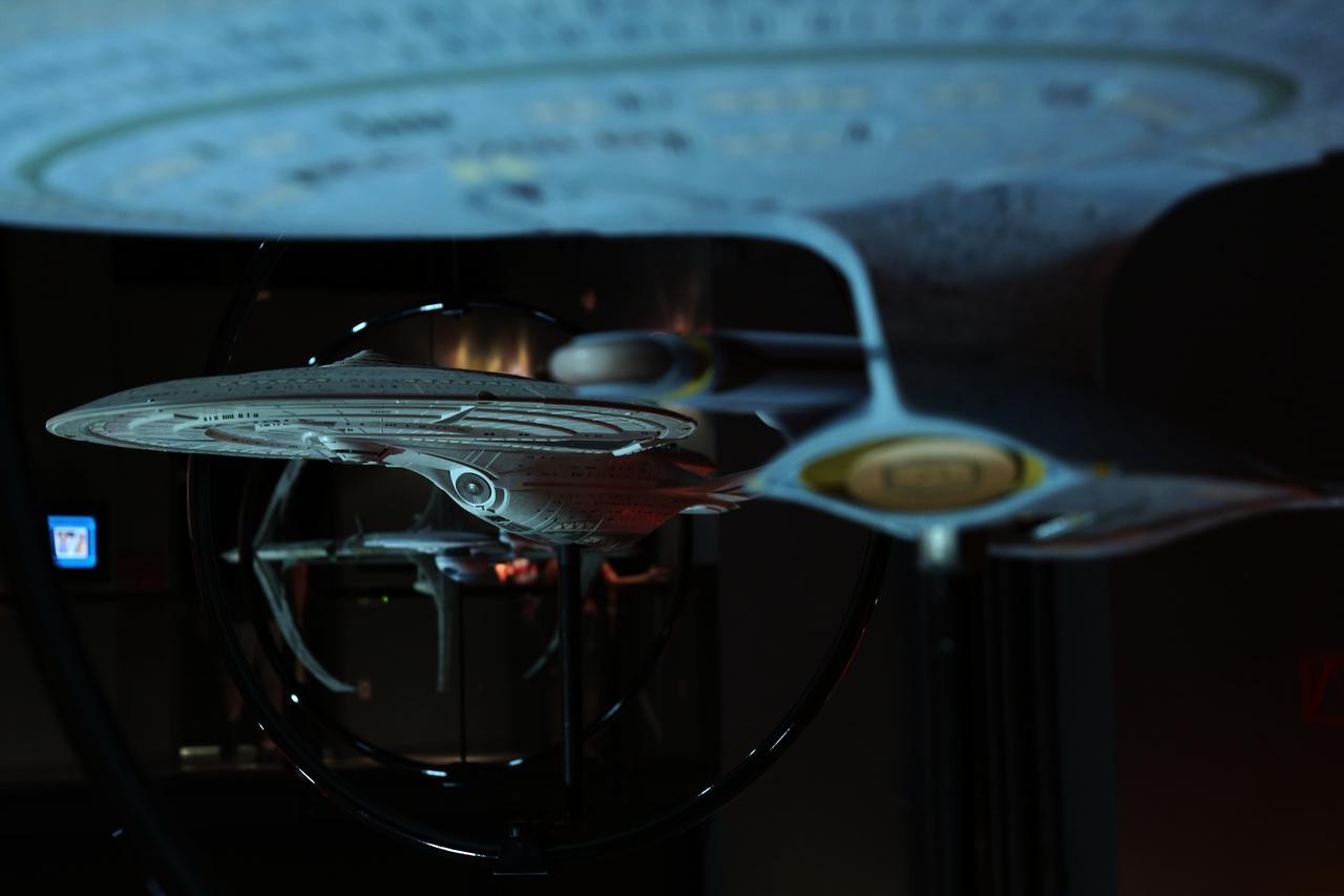 Star Trek űrhajók sora a mennyezeten.