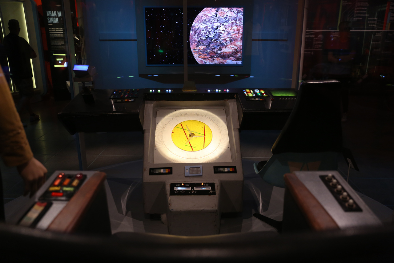 Az Enterprise parancsnoki hídjának bútorzata, innen irányította Kirk kapitány (William Shatner) a USS Enterprise-t a Star Trek tévésorozatban (The Original Series).