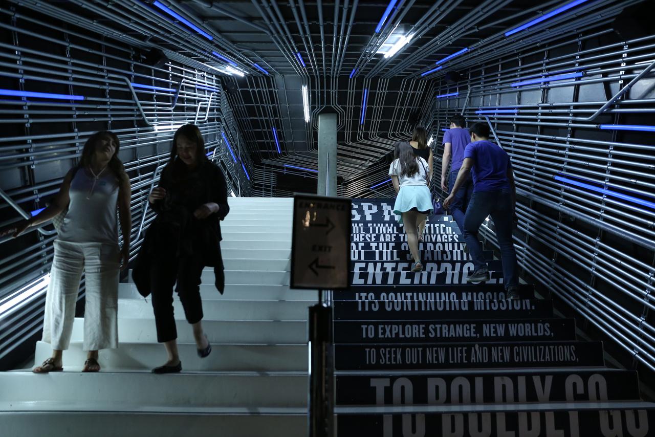 A Star Trek kiállításhoz vezető lépcsőn mintha egyenesen az Enterprise űrhajóba lépnénk.