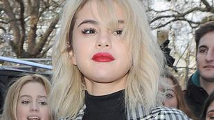 Selena Gomez Versace ruhája olyan rövid volt, mint a komolyzenei kitekintés a karrierjében