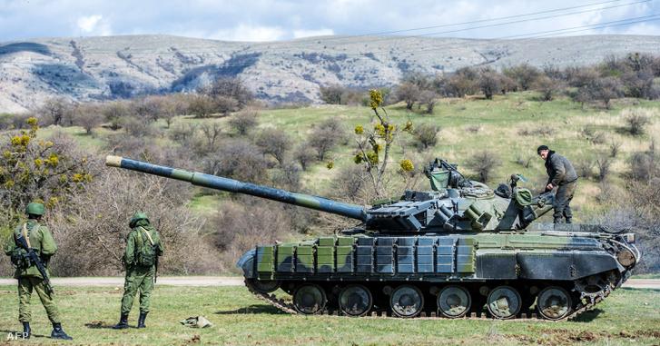 Orosz tank a Szimferopolhoz közeli Perevalnoje katonai bázison 2014-ben