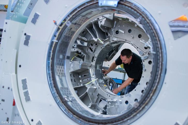 CT gépet szerel össze egy munkás a Siemens forchheimi gyárában