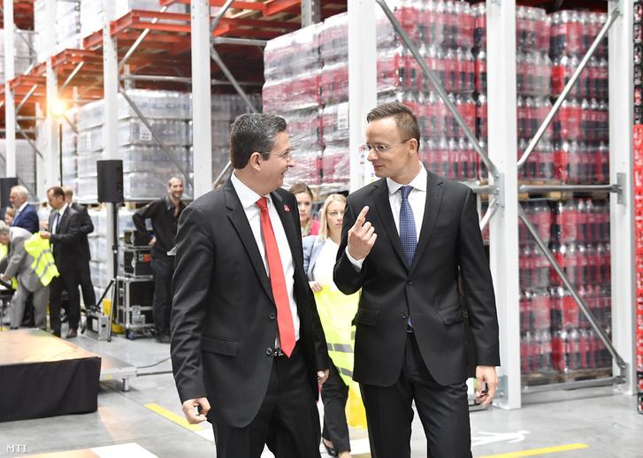 Szijjártó Péter külgazdasági és külügyminiszter (j) és Minas Agelidis ügyvezető igazgató a Coca-Cola HBC Magyarország Kft. üzemében tartott sajtótájékoztatón Dunaharasztiban 2017. szeptember 13-án.