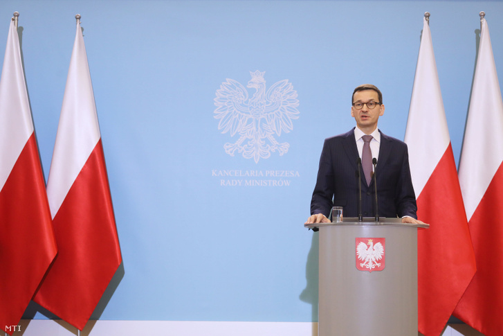 Mateusz Morawiecki új lengyel miniszterelnök sajtótájékoztatót tart a kabinet ülése után Varsóban 2017. december 19-én.