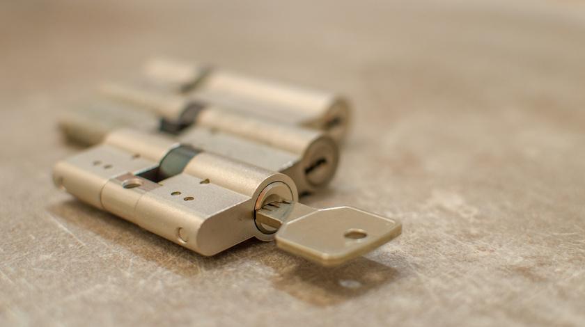 A cilinderes zárat a betörők egy perc alatt kinyitják zártöréssel.