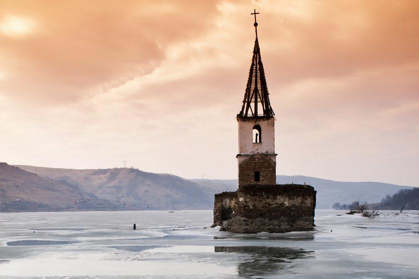 Az erdélyi Bözödújfalu a falurombolás szimbóluma lett, amikor 1988-ban a víztározó létesítése során elárasztották. Két templom és 126 ember otthona lett oda. A falu 2017-ben vált újra láthatóvá a vízszint csökkenésével. A templomtorony mára leomlott.