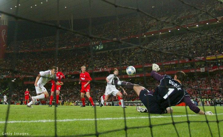 Andrij Sevcsenko, az olasz AC Milan ukrán légiósa utolsó tizenegyesét védi Jerzy Dudek, az angol FC Liverpool kapusa és ezzel a Liverpool megnyerte a labdarúgó Bajnokok Ligája döntõjét az isztambuli Atatürk stadionban 2005. május 25-én.