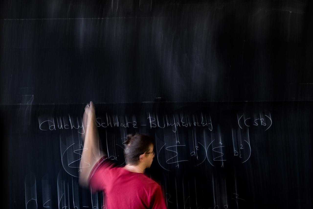 A kutató-tanár.                          Ha nem tanítana magániskolában, Juhász Péternek esélye sem lenne a középosztálybeli életre. Budapestiként szerencséje van, hiszen a fővárosban vannak jól fizető, amerikai egyetemisták. Így marad ideje arra is, hogy úgy tanítson matematikát egy általános iskolában, hogy a gyerekek ne utálják meg a tantárgyát egy életre.  Kattintson ide a videó megtekintéséhez!