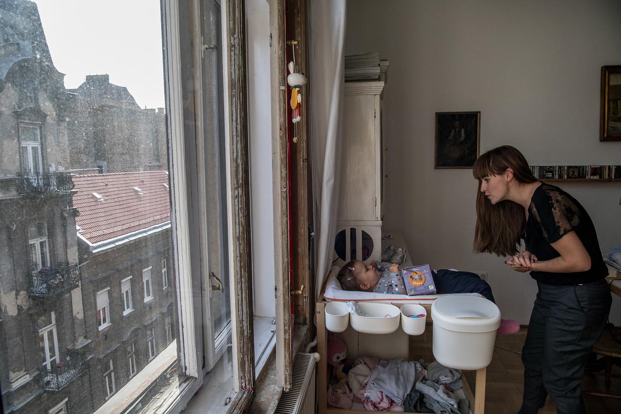 A butikos. Huszonöt éve még Szontágh Julie sem hitte, hogy egy nap jól menő, belvárosi butikokat fog vezetni Budapesten. A 90-es években mégis jókor volt jó helyen, és az üzleti érzéke azóta sem hagyta cserben. Ma a bulinegyed epicentrumában, egy trendin berendezett lakásban él a férjével és a kislányával, de máshová sem vágyik, mint vidékre. Már meg is vették azt a rábaközi házat, ahol berendezhetik az új életüket.  Kattintson ide a videó megtekintéséhez!
