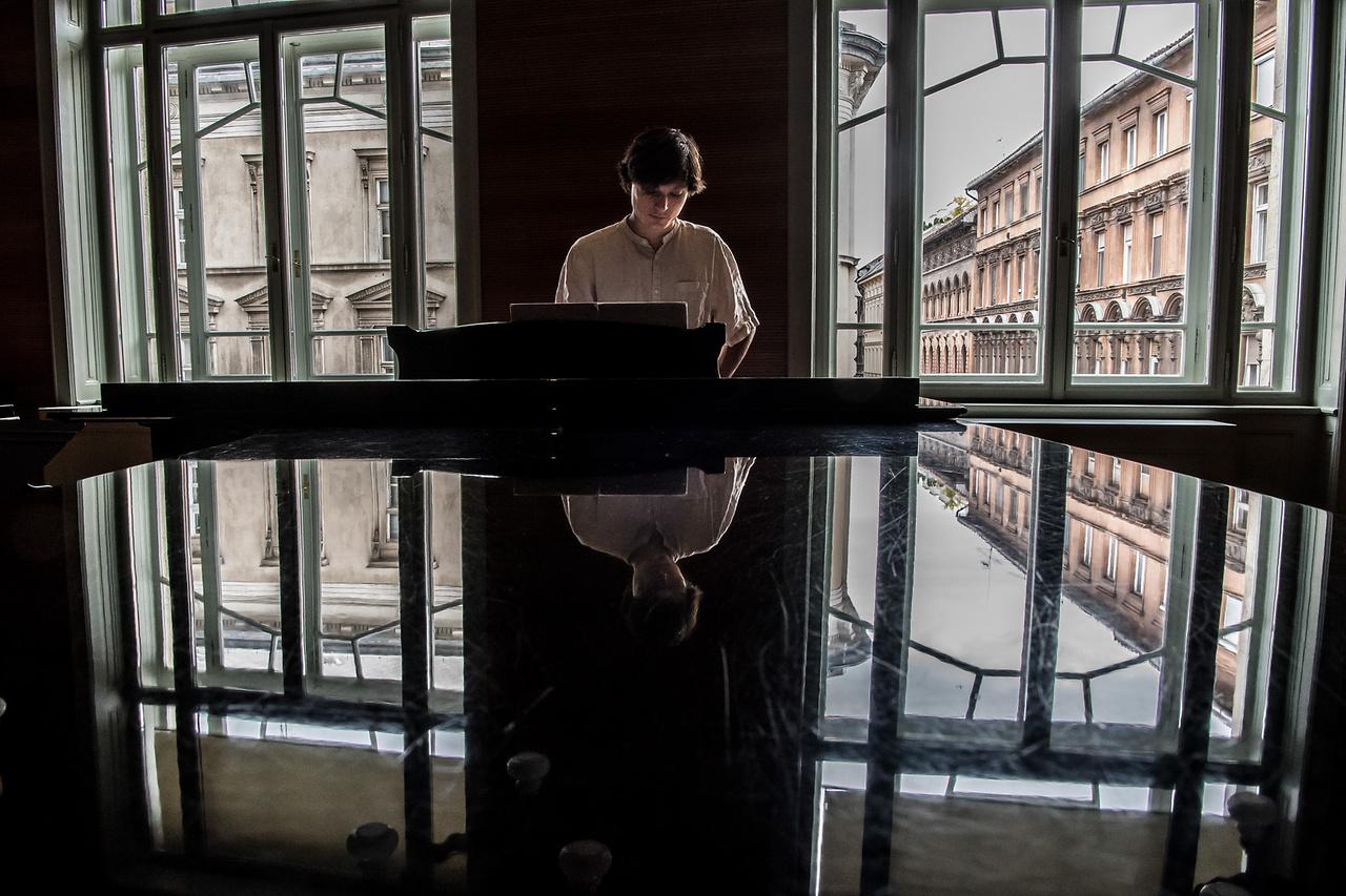 A zongorista. Palojtay János pályakezdő, tehetséges zongoristaként bejárta már Európát, itthon mégis alig kap pénzt a fellépéseiért. Ennek ellenére nem panaszkodik, mert a külföldi gázsikból kényelmesen megvan, étteremben ebédel, és a boltban is csak a lazacot tartja fájdalmasan drágának. De ha majd fizetnie kell az albérletért, vagy ha családot alapít, ez bizony lehet, hogy már kevés lesz.   Kattintson ide a videó megtekintéséhez!